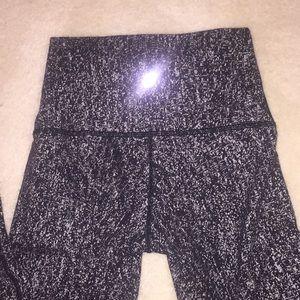 EUC Lululemon black/silver  print leggings